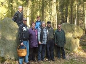Gruppenfoto an einem Großstein- oder Hühnengrab.
