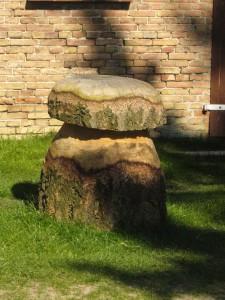 Und dieser Stein(Holz)pilz stand in einem Dorf vor der Hausstür.