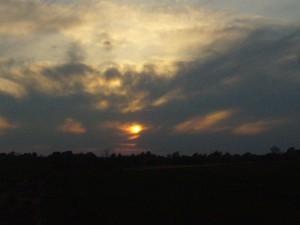 Abendstimmung am 26.04.09. Die hohen, kaotischen Schleierwolken deuten auf feuchtigkeit und labilität im Westen hin.