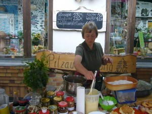 """Irena Dombrowa ist Pilzberaterin und Mitglied in der Gemeinnützigen Gesellschaft Wismar e.V. und ist die gute Seele des """"Steinpilz - Wismar"""". Denn wie lautet der berühmte Spruch: """"Essen und Trinken halten Leib und Seele zusammen""""."""