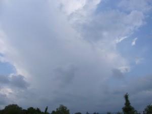 Gewitterschirm breitet sich gegen 14.00 Uhr über Wismar aus.