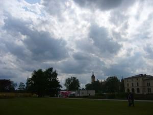 Bleiern liegt der der schweriner Schloßgarten unter den drohenden Gewitterwolken am 21. Mai 2009.