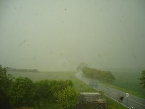 Regen und Hagel verschleiern die Sicht bei Brüel im Landkreis Parchim. 21. Mai 2009.