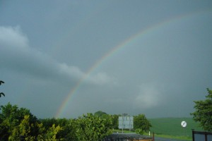 Urplötzlich tauchte die Sonne auf und zauberte einen Regenbogen in den Niederschlagsschleier. 21. Mai 2009.