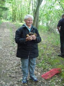 Helga Köster freut sich über die schönen Pilze. 09.Juni 2009.