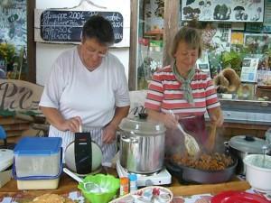 Die Pilzfreundinnen Inge Schellbach und Irena Dombrowa sorgten für das leibliche Wohl.