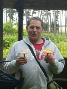 Pilzfreund Peter Kofahl freut sich über die Goldröhrlinge. 27. Juni 2009.
