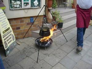 Vorsicht, sonst brennt die Schürze an! Die Pilzsuppe darf nicht kalt werden.