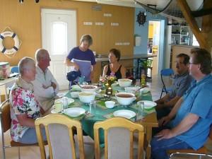 Festlich gedeckt war der Tisch für uns bei Irena in ihren Fischerei - Schulungsraum.