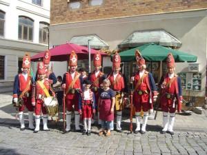 """Auch eine Ehrengarde der schwedischen Besatzungstruppen erwiesen uns die Ehre und postierten sich zu einem Fototermin mit unserer guten Seele, Irena Dombrowa, vor dem """"Steinpilz - Wismar"""". 23. August 2009."""