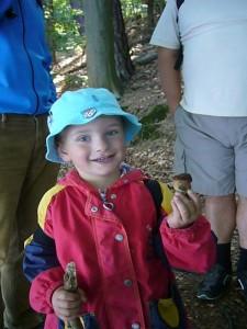Unser jüngster Pilzfreund, der kleine Jonas (4), freut sich über einen der wenigen Pilze, die wir heute fanden: ein kleiner Flockenstieliger Hexen - Röhrling.