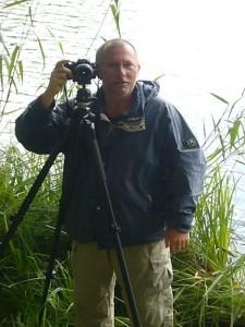 Torsten Richter ist Vereinsvorsitzender der Rehnaer Pilzfreunde. Er bittet zum Fototermin am Deichelsee.