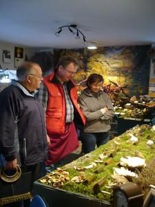 Die Ausstellung informierte über das momentane Pilzaufkommen. Thomas Harm im Gespräch mit interessierten Besuchern.