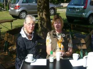 Derweil haben sich die beiden Pilzberaterinen Brigitte Schurig und Elfi Hrubi ein halbschattiges Plätzschen bei 30 Grad Rekordhitze am Nachmittrag in Schwerin am 09.09.09 gesucht. Eine Tasse Kaffee tut jetzt gut.