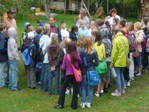 Im Außenbereich wurden ebenfalls einige Umwelt- und Geschicklichkeitspiele vorbereitet. Die Schüler lauschen gespannt den Spielanleitungen von Hernn Jonitz von der Caritas Mecklenburg e.V.