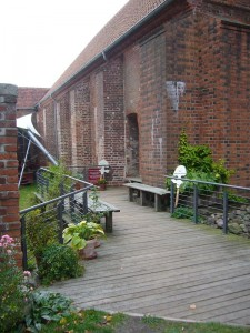 Im Innenhof der mittelalterlichen Klosteranlage zu Rehna angelangt befinden sich weitere Wegweiser und führen direkt zur Pilzausstellung.