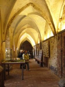 Bei einfallenden Sonnenlicht erstralt der Kreuzgang des Klosters in fast feierlichen Glanz.