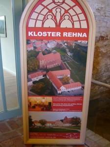 Am Eingang angelangt stellt dieser Aufsteller die Klosteranlage kurz in Bild und Wort vor. Auch ohne Pilzausstellung ist ein Besuch dieses altehrwürdigen Gebäudekomplexes unbedingt zu empfehlen.