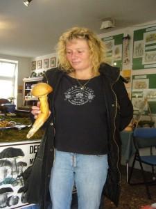 Mit diesem wirklich Ansehlichen Flämmling kam Frau Bloeß aus Kletzin am 12. 10.09 in die Beratung. Da man diesen Pilz aufgrund seiner Bitterkeit nicht essen kann, wurde er für die Ausstellung spendiert.