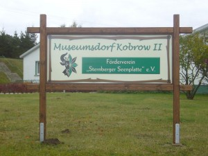 Vor dem Verwaltungskomplex die Tafel des Fördervereins.