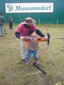 Wie Robin Hood mit Pfeil und Bogen übten sich schon die kleinsten.