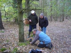 Klaus Warning beim Fototermin mit Roten Heringstäublingen. Teßmannsdorfer Tannen am 24.10.2009.