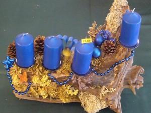 4er Gesteck mit blauem Grundton auf Baumwurzel. 15.00 €.