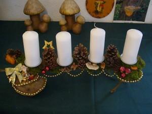 Größeres ca. 50 cm langes 4er Gesteck mit weißen Kerzen = 15.00 €.