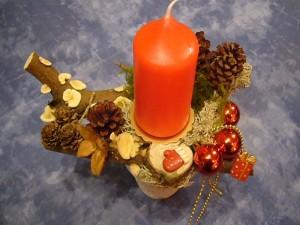 Kleines Gesteck auf Blumentopf mit einer Kerze = 5.00 €.