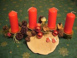 Kleineres 4er Gesteck auf Ast mit Rotrandigem Baumschwamm und roten Kerzen = 10.00 €.