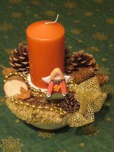 Kleines orande/goldenes Gesteck auf Schälchen = 8.00 €.