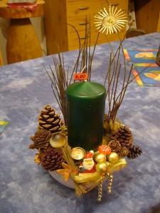 Kleineres 1er Gesteck auf Schälchen mit grüner Kerze = 8.00 € - Verkauft.