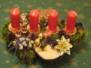Mittelgroßes 4er Gesteck mit roten Kerzen und Flachen Lackporling und Birkenporling = 12.50 €.