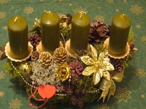 Kleineres 4er Gesteck mir grünen Kerzen = 10.00 €.