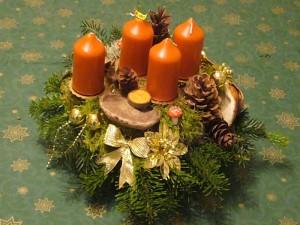 Größeres 4er Gesteck mit braunen Kerzen, Tannengrün und Echtem Zunderschwamm = 15.00 €.