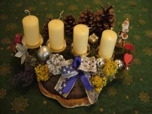 Mittelgroßes 4er Gesteck mit Rotrandigem Baumschwamm und hellen Kerzen zu 15.00 €.