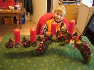 Großes, gut 1m langes Gesteck auf Ast mit 4 roten Kerzen = 30.00 €.