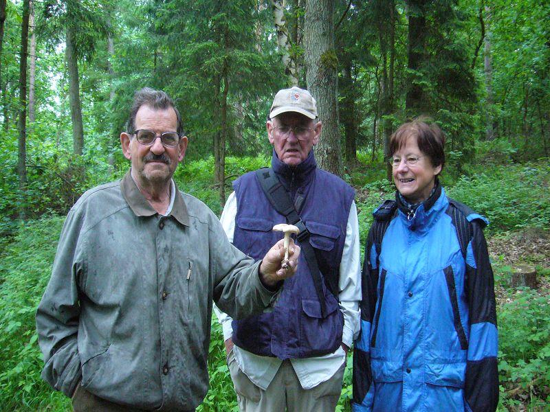 Öffentliche Pilzwanderung am 30. Mai 2009 im Wald bei Trams. Hans - Jürgen Wilsch, Ulrich Bardet und Erika Wittenhagen.