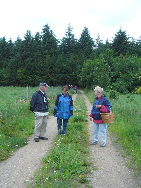 Während der Exkursion am 28. Juni 2009 durch die Wälder bei Levetzow/Kahlenberg. Ulrich Bardet, Erika Wittenhagen und Bärbel Wirth.