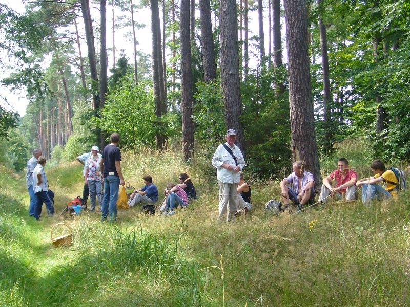 e. Pause bei einer Hitzewanderung am 8. August 2009 von Sternberg nach Kaarz. U. Bardet in der Mitte stehend in heller Bekleidung.