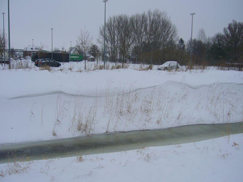 Der Schnee ist teils stark verweht. Viele Strassen waren in den letzten Tagen nicht mehr befahrbar und selbst auf vielen Bahnstrecken ging nichts mehr. 31.01.2010 in Wismar - Weidendammplatz.