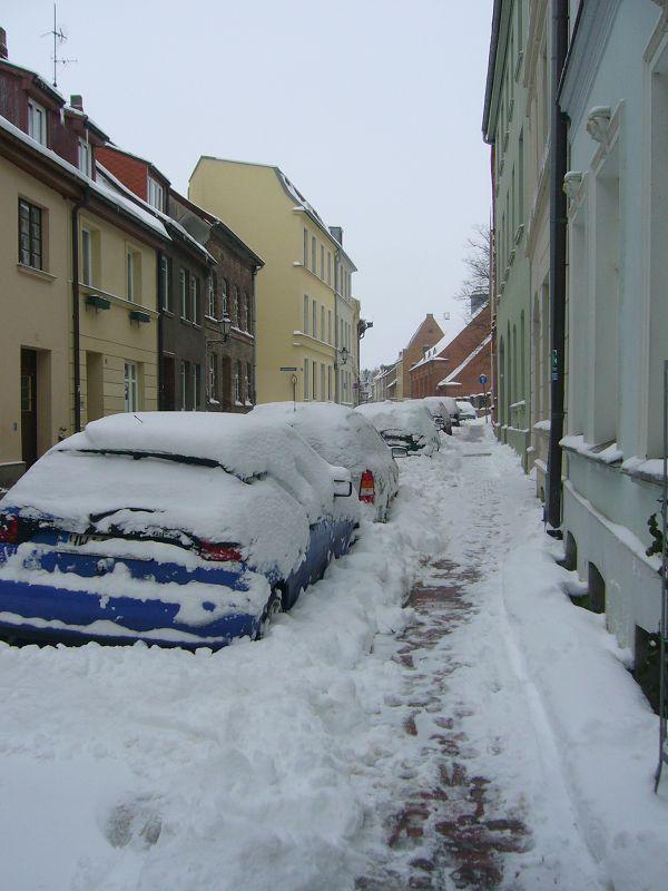 Viele Autos am Strassenrand können wohl nicht so ohne weiters zu einer Fahrt starten. Schneeschaufeln ist erst eimal angesagt oder doch lieber zu Fuß gehen. 31.01.2010.