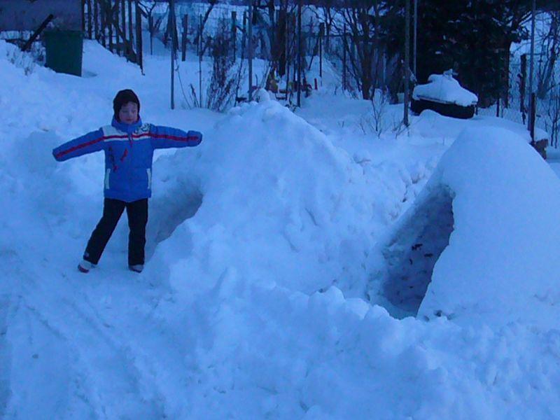 Aus so manchem Schneehaufen wurde ein gemütliches Iglo. 02.02.2010.