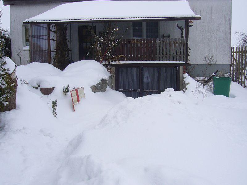 Die Schneemassen versperren Hauseingang und Tiefgarage. 14.02.2010.