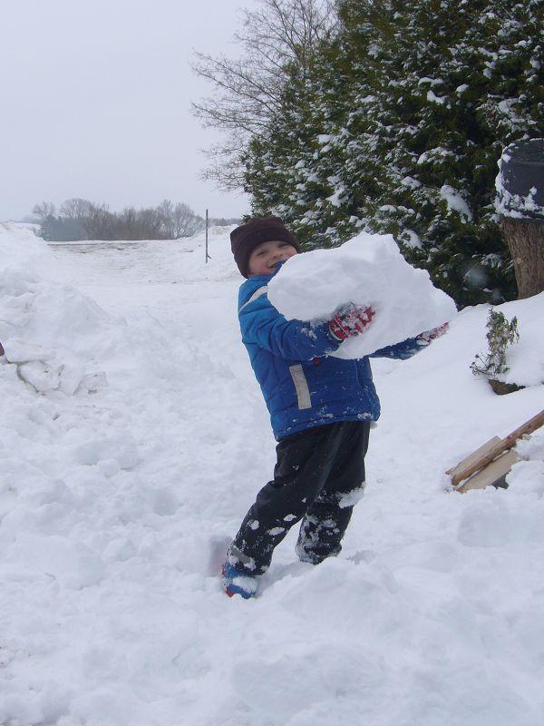 Dabei helfen auch schon die kleinsten mit und haben an den größten Brocken ihre Freude.14.02.2010.