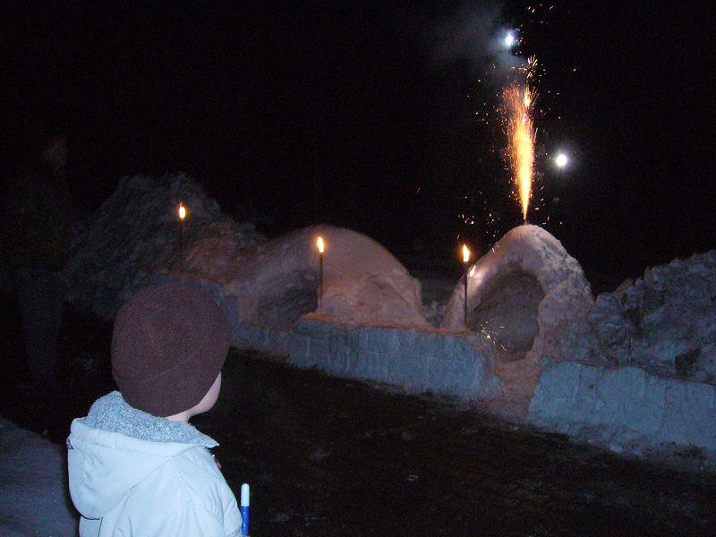 """Und am Abend nach getaner """"Knochenarbeit"""" in romantischem Fackelschein noch ein kleines Feuerwerk. Der Winter 2009/2010 verdient eine Auszeichnung. Schneerekord in Mecklenburg Vorpommern"""