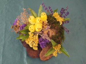 Kleines Gesteck mit Osterkücken und Naturmareialien auf Echtem Zunderschwamm für 5.00 €.