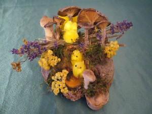 Ostergesteck mit viel Naturmaterial und getrockneten Graukappen und Faschen Stäublingen auf Echten Zunderschwamm für 5.00 €.