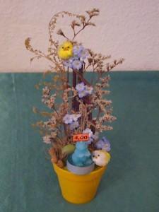 Kleiner Blumentopf mit blauer Hasenkerze zu 4.00 €.
