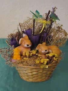Hübsch dekoriertes Osterkörbchen mit zwei Hasen zu 10.00 € - Verkauft.
